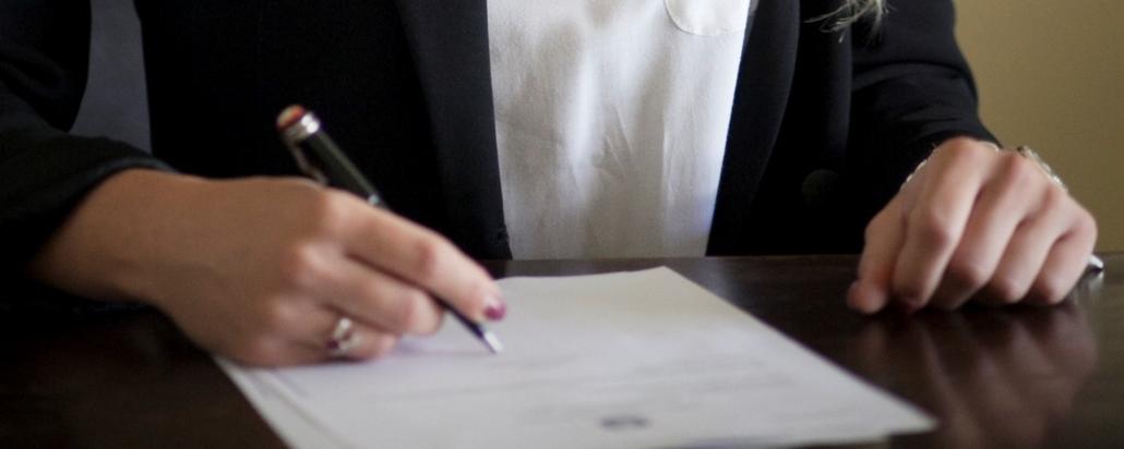 avvocato che redige un contratto
